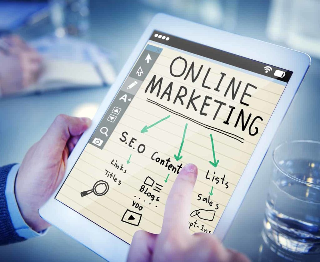 Online Marketing erklärt auf Tablet